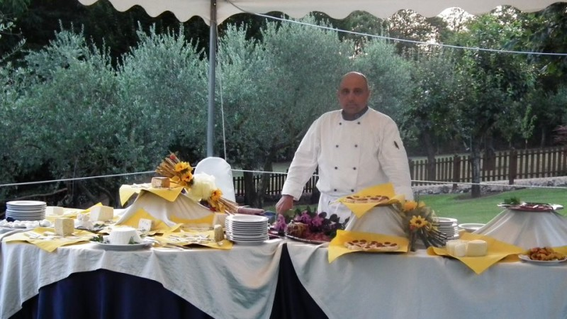 Lo chef Montoni nel giardino del suo omonimo ristorante