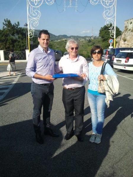 il sindaco Nardi e il Vice sindaco Patrizia Fornari con P. Vilson