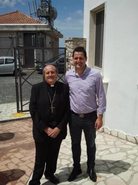 il sindaco con il Vescovo entrano nella scuola elementare per il pranzo di beneficienza