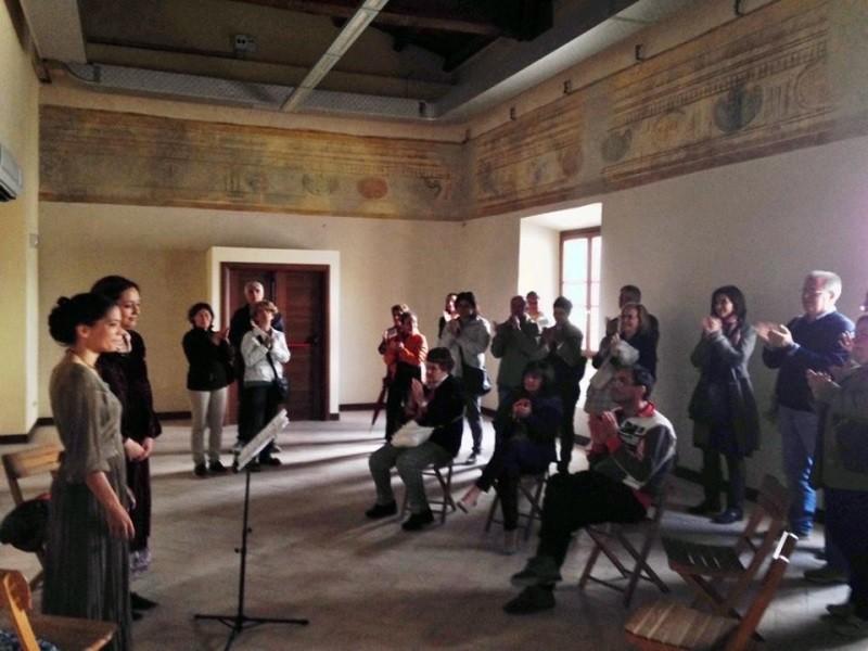 """Intermezzo musicale delle """"Fior di spina"""", due ragazze del trio che ha allietato le visite nella giornata di sabato; canto a cappella che ha risuonato in maniera magistrale nelle stanze del secondo piano, canti popolari recuperati dalla tradizione orale  regionale che si esibiranno nuovamente a """"Stadarolo"""""""