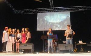 esibizione canto alla voce Andrea Carotenuto Rita Ermacora accompagnati da un coro delle allieve della scuola