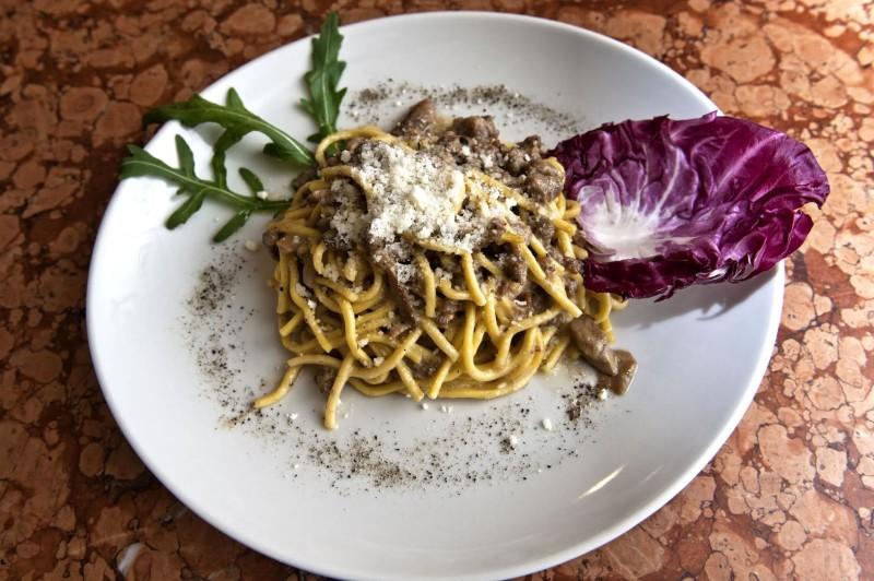 Tonnarelli-con-salsicce-funghi-porcini-e-pecorino-romano-DOP