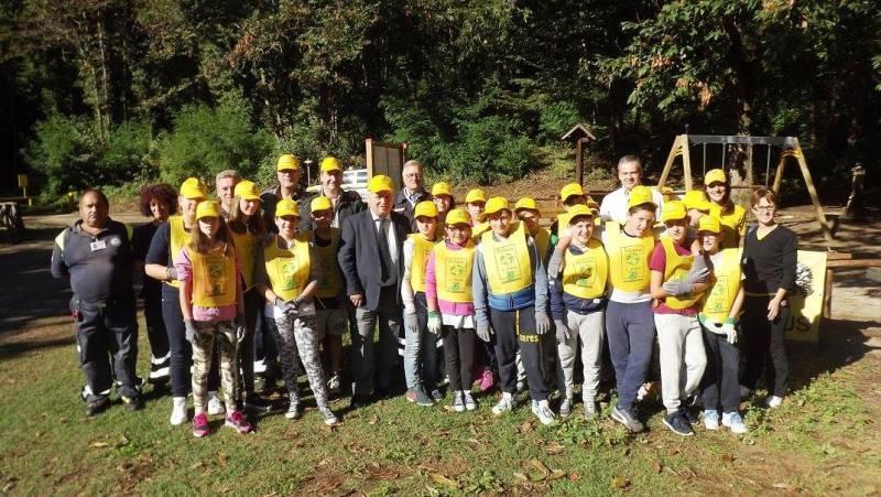 foto di gruppo  con alunni della scuola media achille campanile