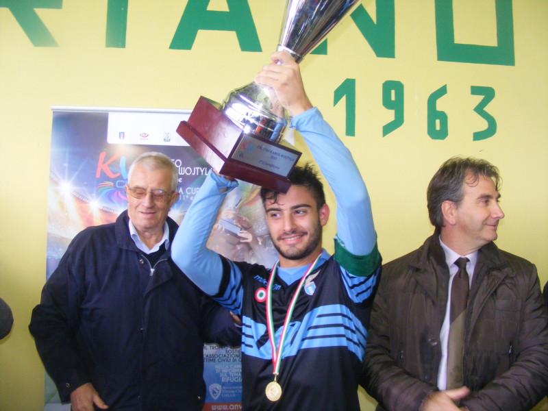 il capitano della Lazio alza il trofeo