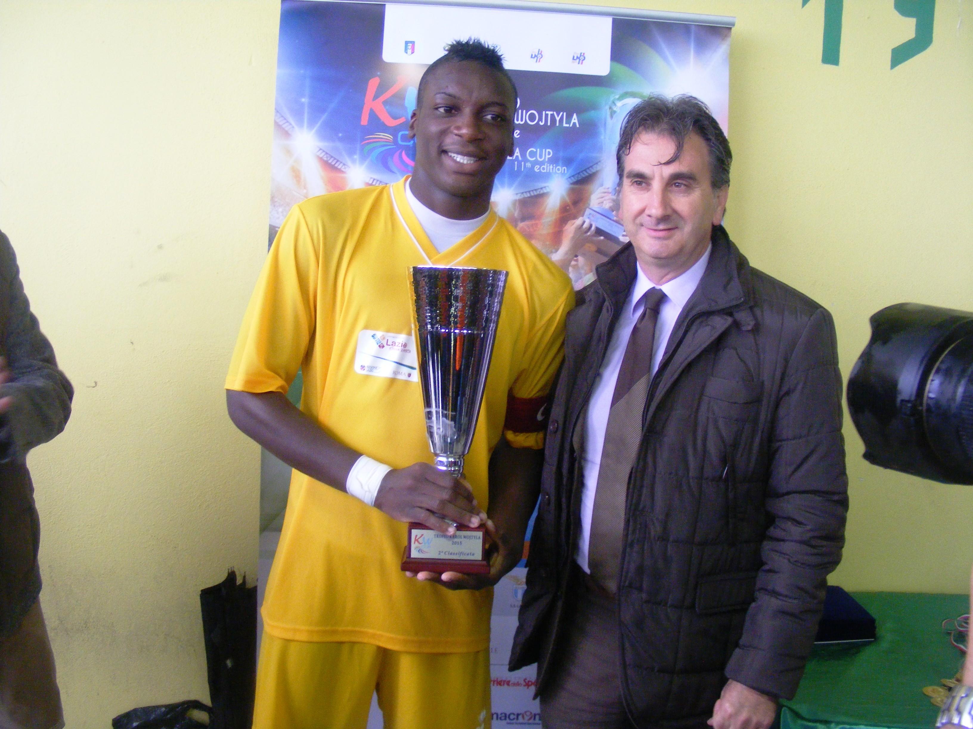 l'assessore Fabrizio Ferrante Carrante premia la squadra seconda classificata della  Rappresentativa Lega Nazionale Dilettanti