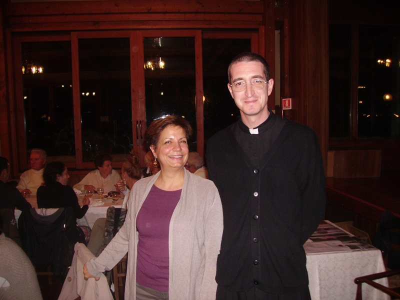 Padre Michele Momoli con una volontaria che spesso si reca in Africa