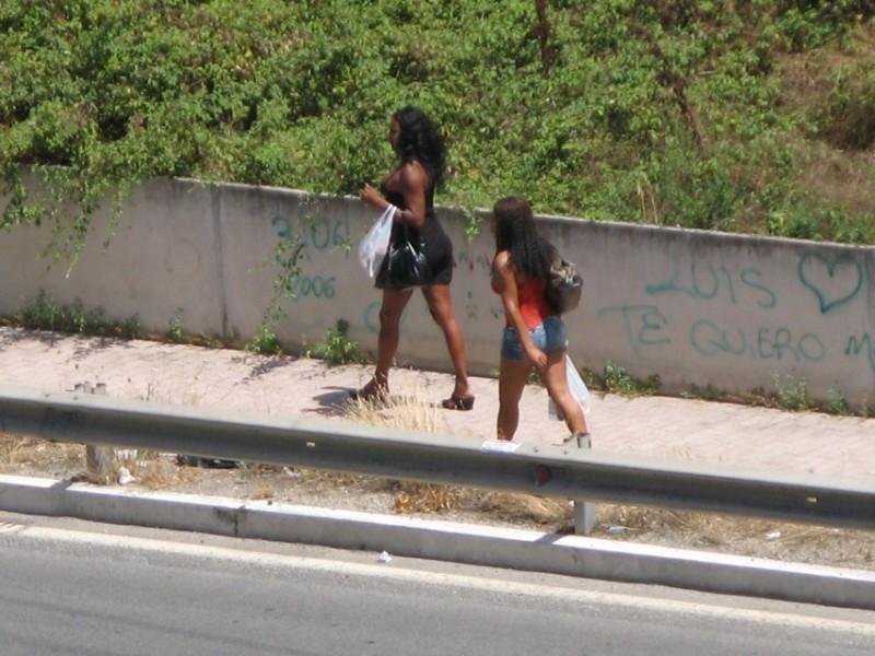 coppia-di-prostitute-via-longoni_original-2