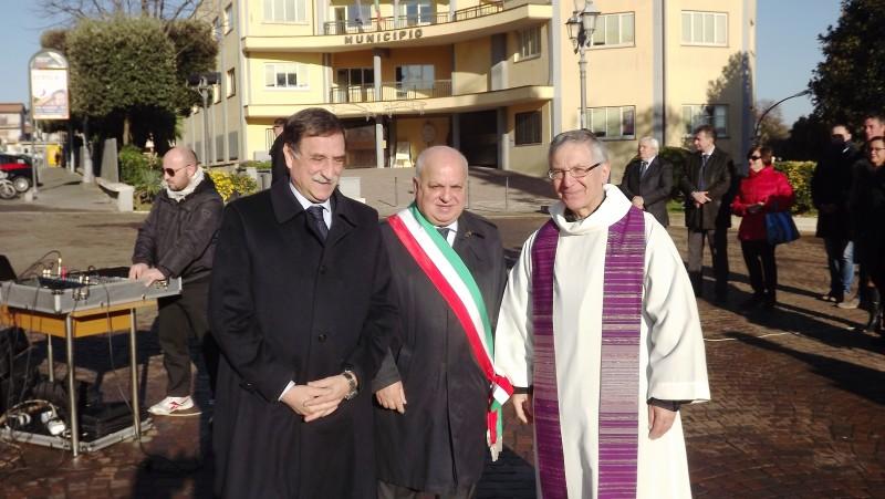 da sinistra il sottosegretario alla difesa on Domenico Rossi, il sindaco di lariano Maurizio Caliciotti e il parroco di Lariano padre Vincenzo Molinaro