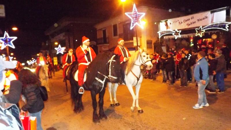 i cavalieri con i Babbi Natale lungo via Napoli