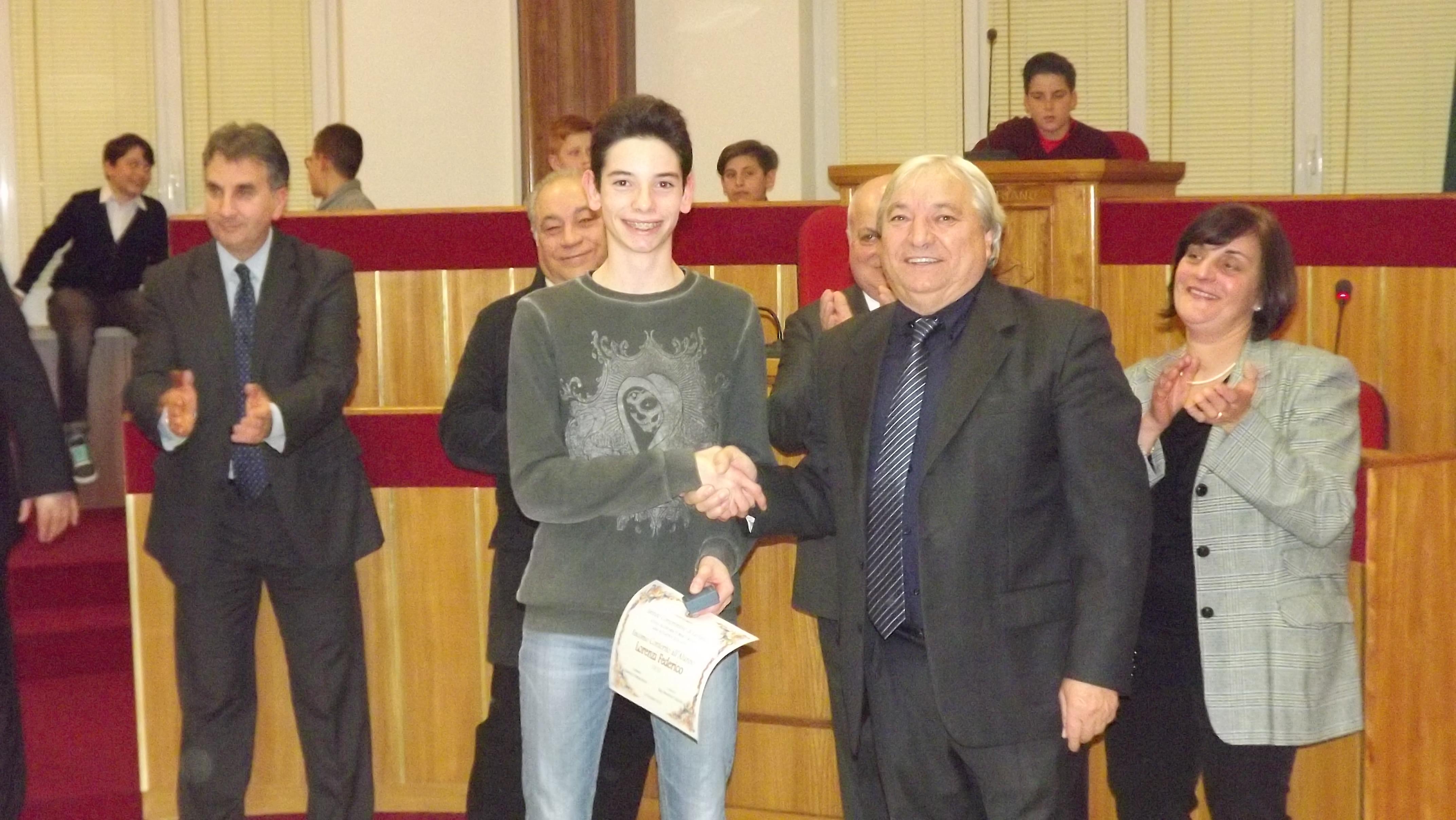 l'Assessore Maurizio Mattacchioni durante una premiazione