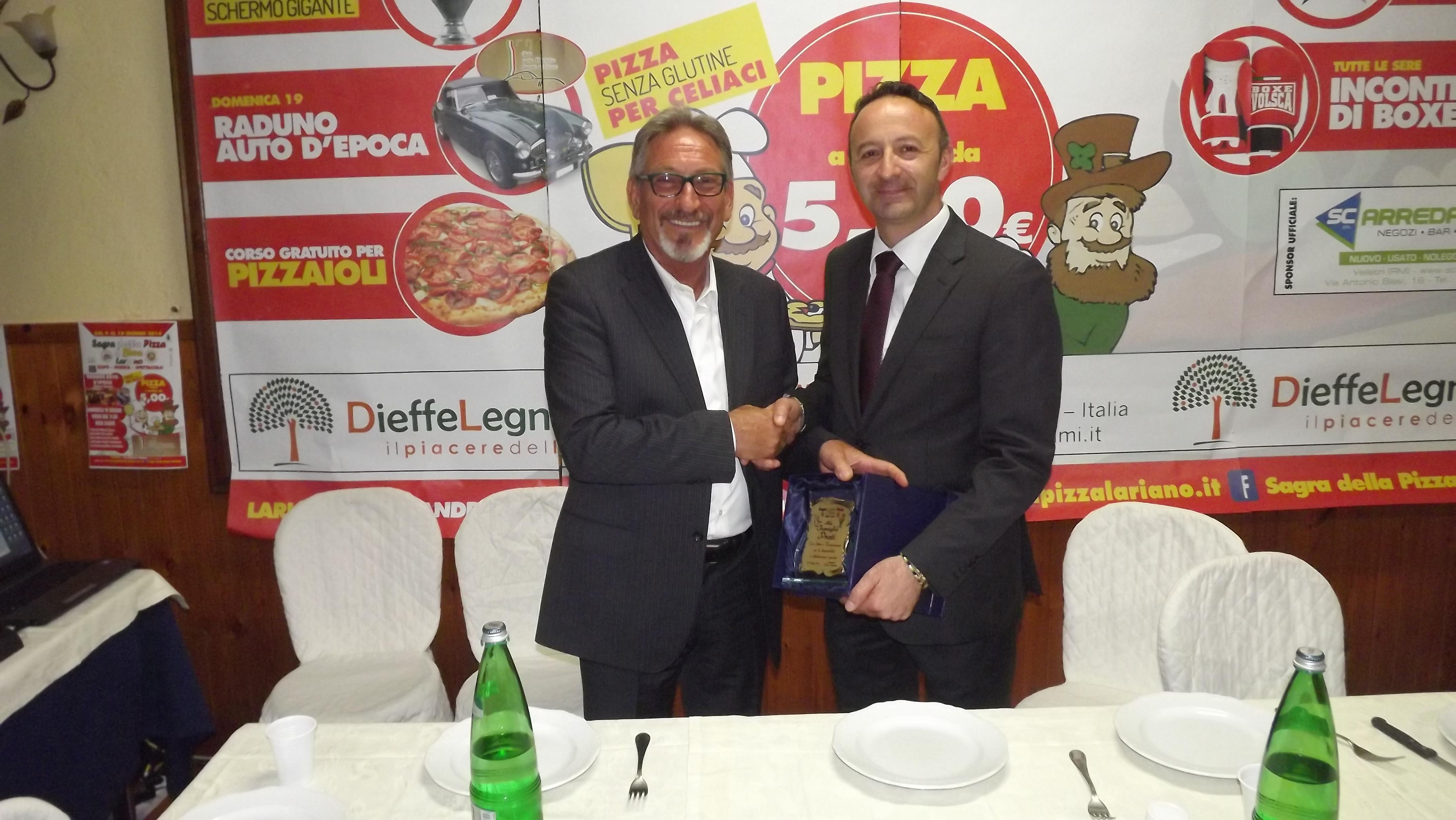 nella foto il presidente Paolo Anselmi consegna una targa a Paolo Prati