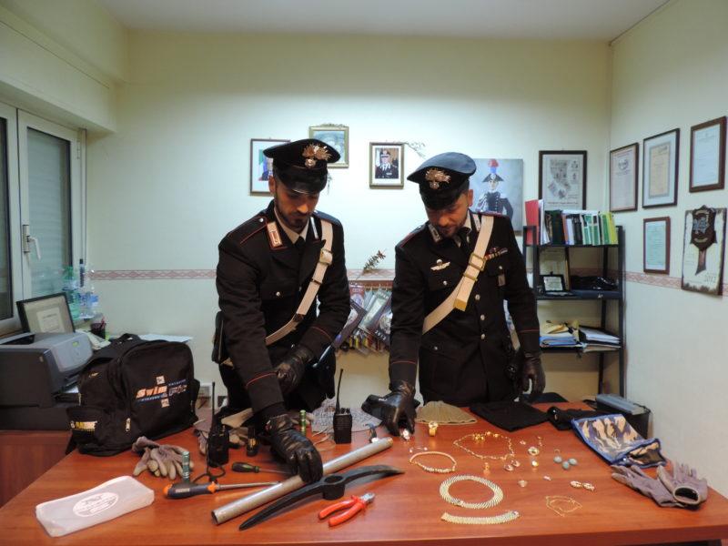 PALESTRINA - La refurtiva e gli arnesi da scassi recuperati dai Carabinieri