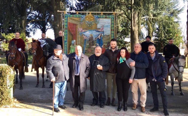 foto dell'arrivo dello stendardo presso l'abitazione di Mario Luffarelli( con il sindaco Maurizio Caliciotti, la famiglia Luffarelli, Padre Domenico Aiuto e i cavalieri di Sant'Antonio)