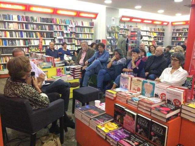 Folto pubblico per Ben Pastor alla Mondadori di Velletri